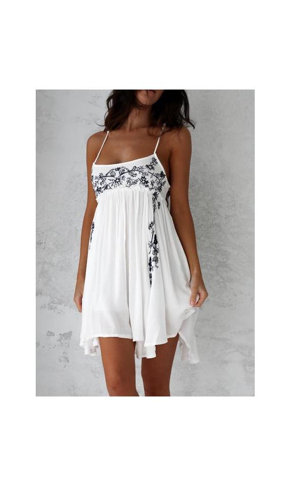 Robe en mousseline blanche avec broderie bleue pour l'été