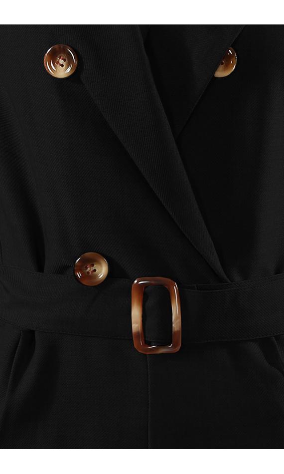Combinaison noire à boutons et ceinture