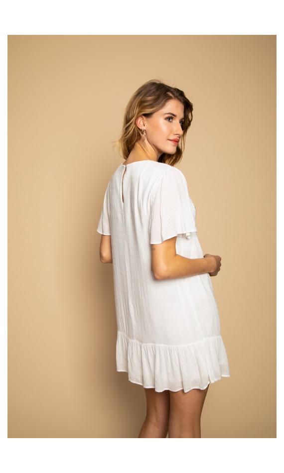 Robe courte blanche à volants et manches courtes