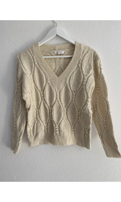 V-neck sweater with beige pearls