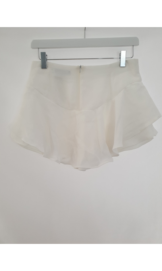 High-waisted white pair of shorts with stealing